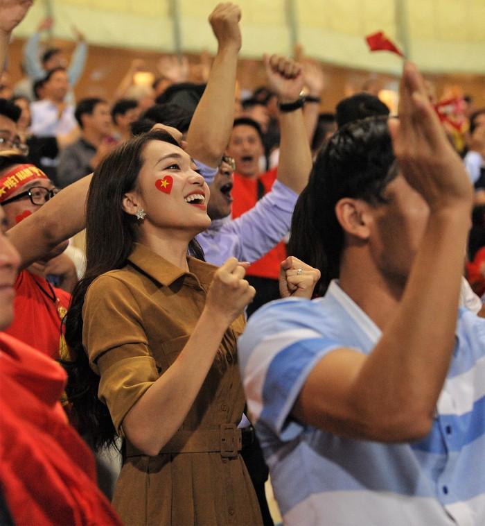 Bạn gái Quang Hải hò reo khi người yêu ghi bàn mở tỷ số giúp tuyển Việt Nam hạ gục Philippines - Ảnh 7.