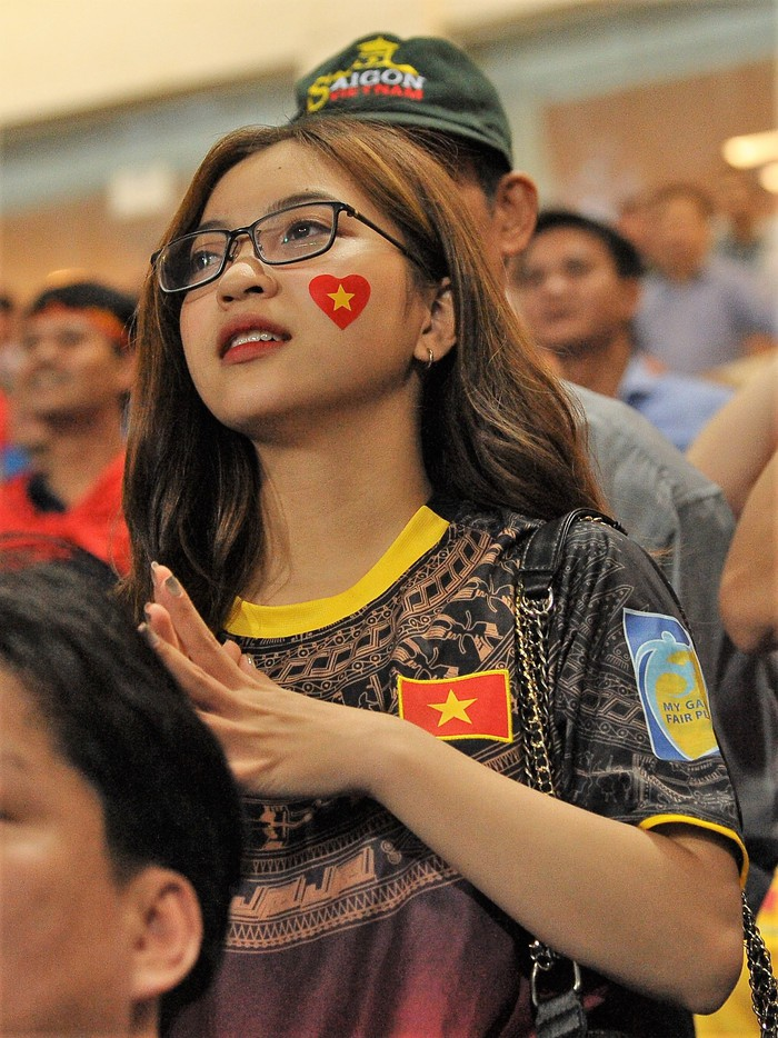Bạn gái Quang Hải hò reo khi người yêu ghi bàn mở tỷ số giúp tuyển Việt Nam hạ gục Philippines - Ảnh 3.