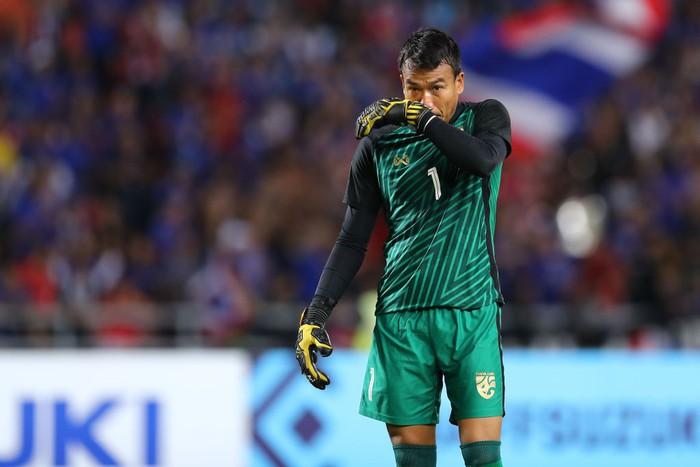 Đến lượt đội trưởng Malaysia đá đểu thủ môn Thái Lan - Ảnh 2.