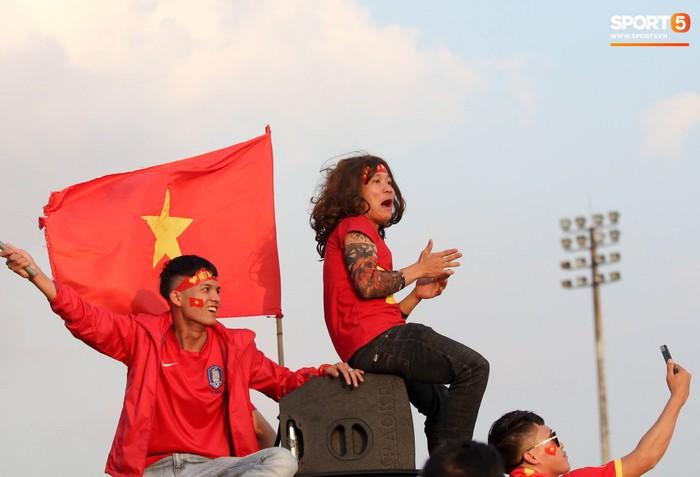 Cổ động viên đốt pháo sáng đỏ rợp trời trước giờ xung trận của đội tuyển Việt Nam - Ảnh 2.