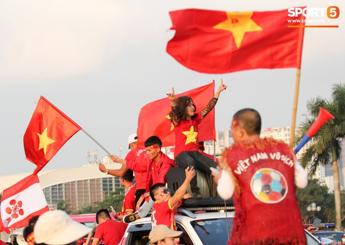 Cổ động viên đốt pháo sáng đỏ rợp trời trước giờ xung trận của đội tuyển Việt Nam - Ảnh 3.