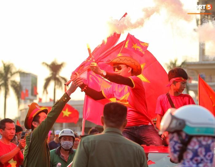 Cổ động viên đốt pháo sáng đỏ rợp trời trước giờ xung trận của đội tuyển Việt Nam - Ảnh 4.
