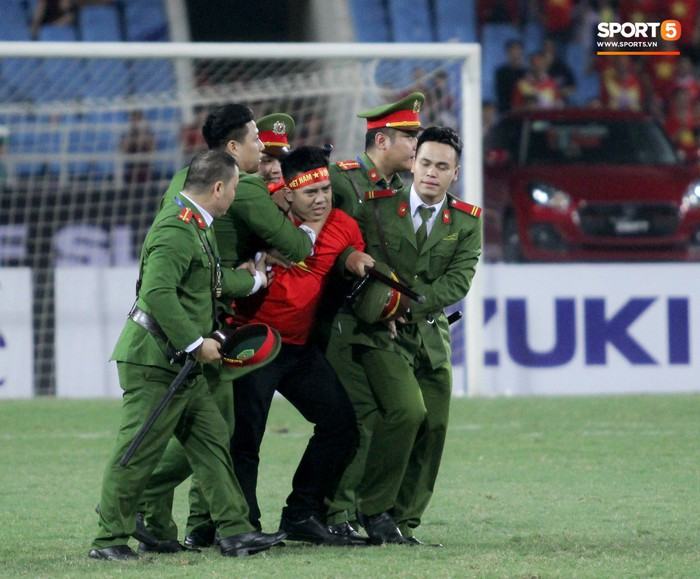 Đội trưởng tuyển Việt Nam hành động đẹp với fan quá khích khiến cả sân vỗ tay tán thưởng - Ảnh 4.