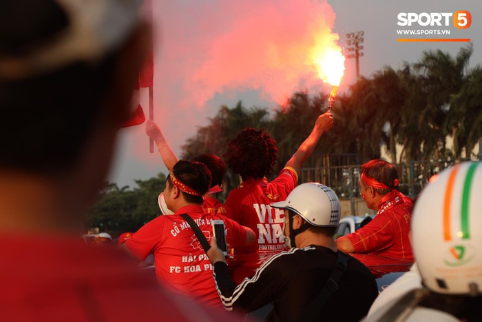 Cổ động viên đốt pháo sáng đỏ rợp trời trước giờ xung trận của đội tuyển Việt Nam - Ảnh 6.