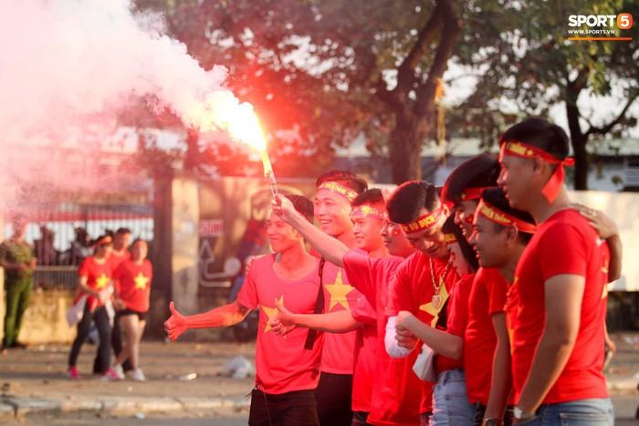 Cổ động viên đốt pháo sáng đỏ rợp trời trước giờ xung trận của đội tuyển Việt Nam - Ảnh 7.