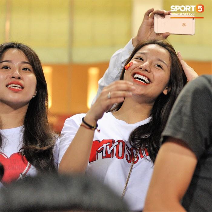 Bạn gái Quang Hải ăn mừng cực sung khi người yêu ghi bàn vào lưới Philippines - Ảnh 7.