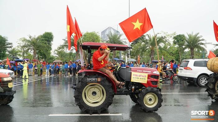 Người hâm mộ huy động cả xe kéo để chào đón Đoàn thể thao Việt Nam về nước  - Ảnh 8.