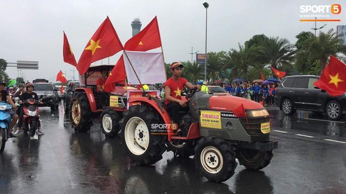 Người hâm mộ huy động cả xe kéo để chào đón Đoàn thể thao Việt Nam về nước  - Ảnh 6.