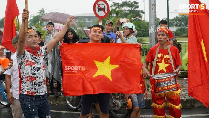 Người hâm mộ huy động cả xe kéo để chào đón Đoàn thể thao Việt Nam về nước  - Ảnh 4.