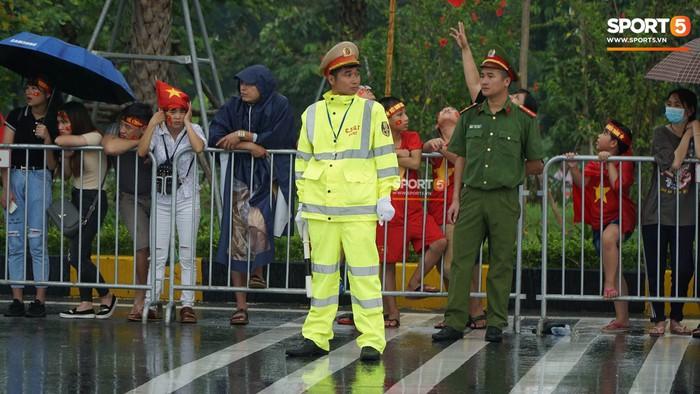 Người hâm mộ huy động cả xe kéo để chào đón Đoàn thể thao Việt Nam về nước  - Ảnh 9.
