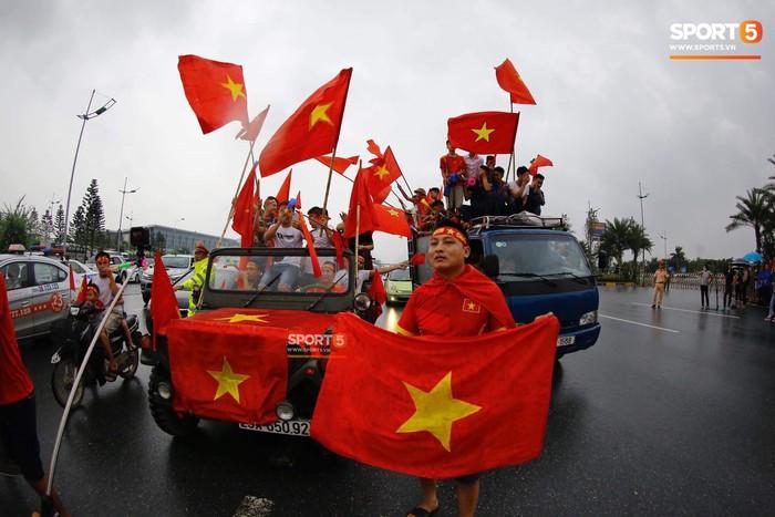 Người hâm mộ huy động cả xe kéo để chào đón Đoàn thể thao Việt Nam về nước  - Ảnh 10.
