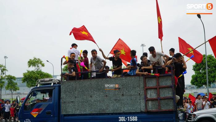 Người hâm mộ huy động cả xe kéo để chào đón Đoàn thể thao Việt Nam về nước  - Ảnh 5.