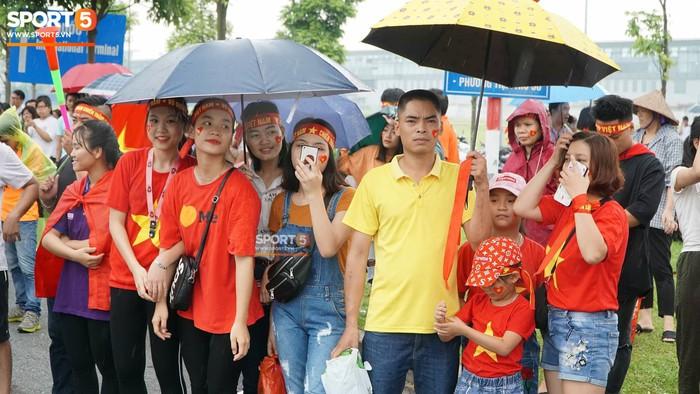 Người hâm mộ huy động cả xe kéo để chào đón Đoàn thể thao Việt Nam về nước  - Ảnh 2.