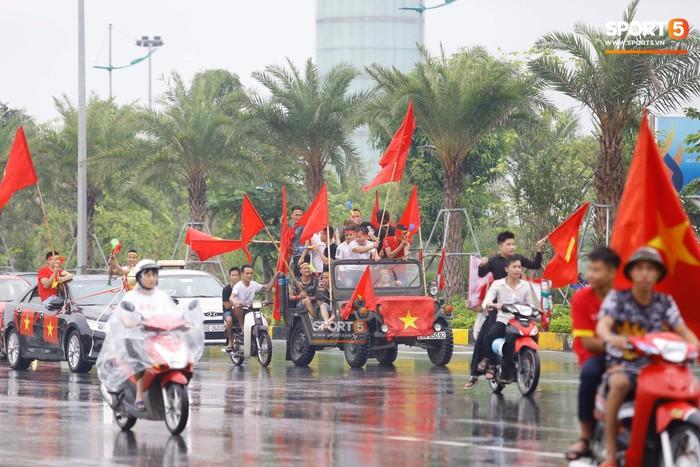 Người hâm mộ huy động cả xe kéo để chào đón Đoàn thể thao Việt Nam về nước  - Ảnh 3.