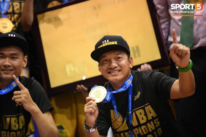 Ông bầu Nathan Nguyễn vỡ òa khi Cantho Catfish đăng quang VBA 2018 - Ảnh 5.