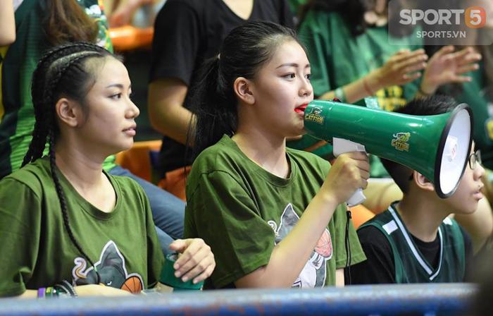 Fan nữ xinh đẹp đốt cháy nhà thi đấu Bách Khoa trong cuộc đại chiến Hanoi Buffaloes và Cantho Catfish - Ảnh 4.