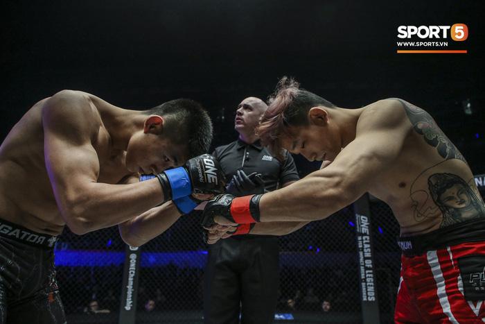 Võ sĩ Hàn xăm trổ cool ngầu bị hạ sấp mặt bởi cú đá hiểm của đối thủ Trung Quốc - Ảnh 1.