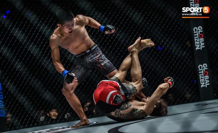 Võ sĩ Hàn xăm trổ cool ngầu bị hạ sấp mặt bởi cú đá hiểm của đối thủ Trung Quốc - Ảnh 3.