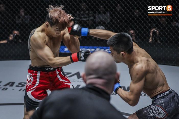 Võ sĩ Hàn xăm trổ cool ngầu bị hạ sấp mặt bởi cú đá hiểm của đối thủ Trung Quốc - Ảnh 4.