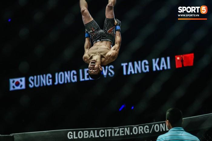 Võ sĩ Hàn xăm trổ cool ngầu bị hạ sấp mặt bởi cú đá hiểm của đối thủ Trung Quốc - Ảnh 7.