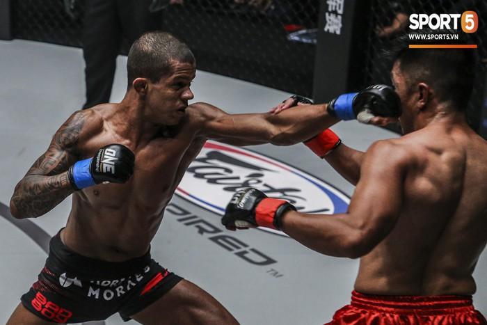 Eustaquio mất đai vô địch vào tay Moraes trong trận đấu siêu kinh điển tại ONE Championship: Heros Ascent - Ảnh 4.