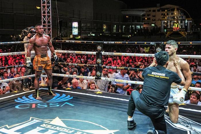 Khiêu khích Thánh Muay Buakaw, nhà vô địch châu Âu nhận cái kết đắng - Ảnh 6.
