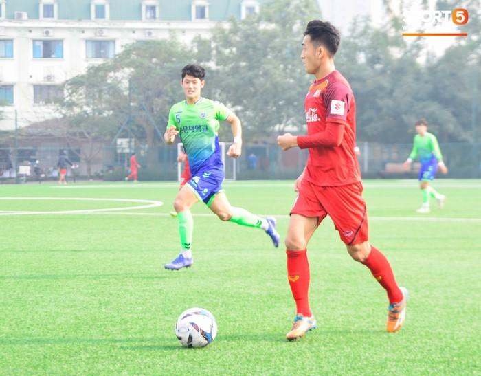 Bất chấp cái Tết cận kề, các cầu thủ U22 Việt Nam vẫn quyết tâm tập luyện, thi đấu với đội bóng Hàn Quốc - Ảnh 1.