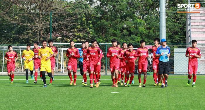 Đội tuyển U22 Việt Nam thích thú với cuộc thi tâng bóng của ban huấn luyện - Ảnh 1.