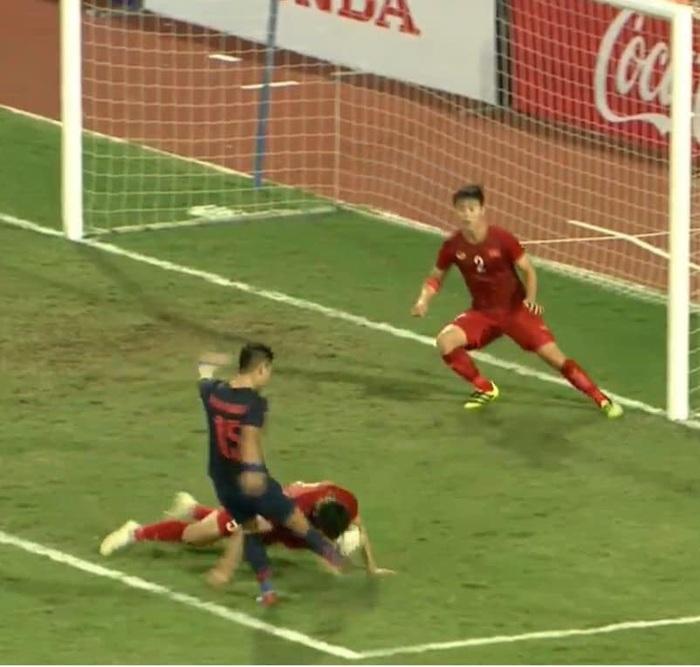 Cảm động hình ảnh Văn Hậu dùng mặt che bóng cứu thua cho đội tuyển Việt Nam - Ảnh 1.