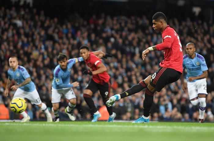 Đã hay còn lại còn hên Manchester United đánh bại Manchester City ngay trên sân Etihad - Ảnh 1.