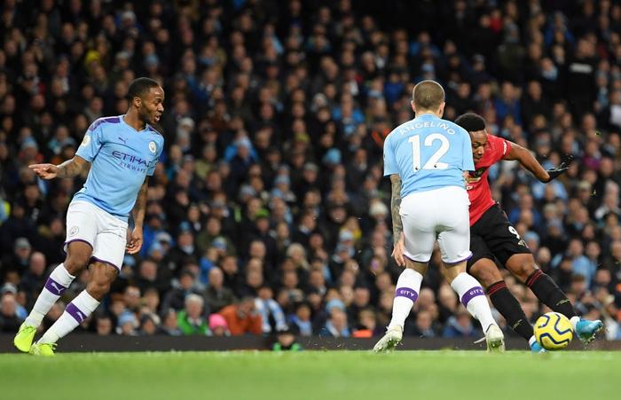 Đã hay còn lại còn hên Manchester United đánh bại Manchester City ngay trên sân Etihad - Ảnh 2.