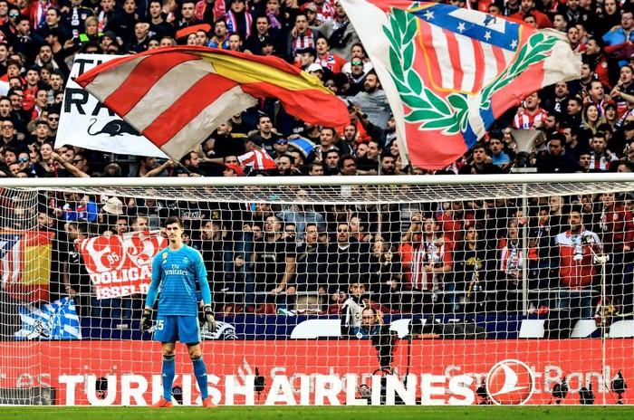 CĐV Atletico ném đàn chuột bông xuống sân, chào đón kẻ phản bội Courtois trở về - Ảnh 3.