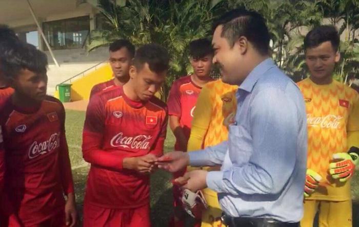 Đội tuyển U22 Việt Nam nhận lì xì đầu năm từ lãnh đạo VFF - Ảnh 1.