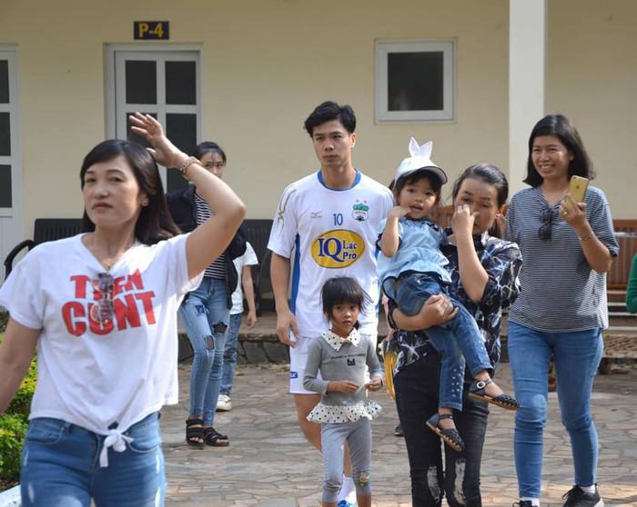 NHM vây kín Văn Toàn, Công Phượng tại buổi tập khai xuân của Hoàng Anh Gia Lai - Ảnh 1.