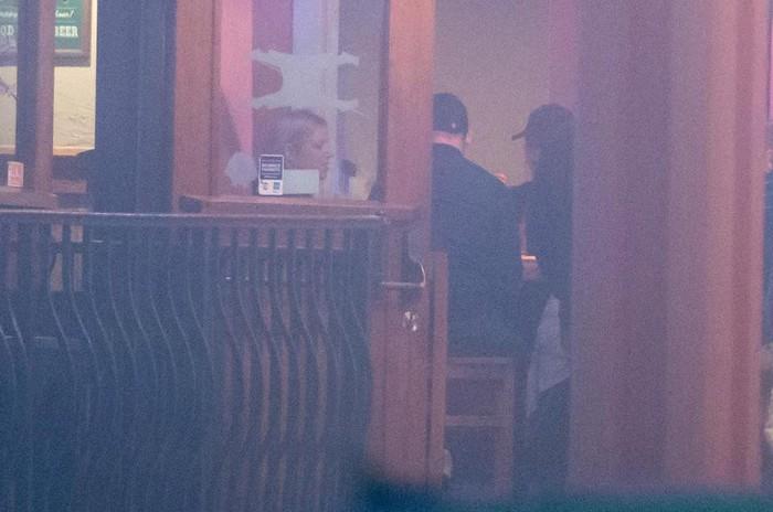 Rooney khiến vợ nổi trận lôi đình vì tán tỉnh một nhân viên quán bar - Ảnh 2.