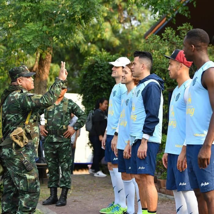 Xuân Trường tươi rói khi cùng đồng đội ngồi lề đường, ăn cơm nắm ở Thái Lan - Ảnh 11.