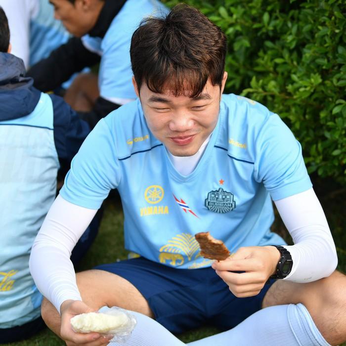 Xuân Trường tươi rói khi cùng đồng đội ngồi lề đường, ăn cơm nắm ở Thái Lan - Ảnh 3.