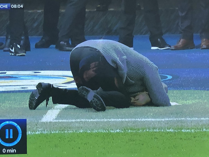 Bỏ lỡ cơ hội ngon ăn một cách khó tin, Aguero nhận một lạy từ HLV Pep Guardiola - Ảnh 3.