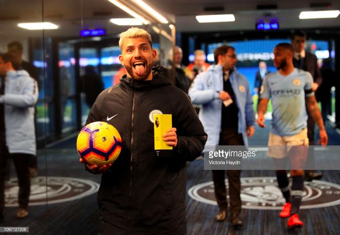 Bỏ lỡ cơ hội ngon ăn một cách khó tin, Aguero nhận một lạy từ HLV Pep Guardiola - Ảnh 5.