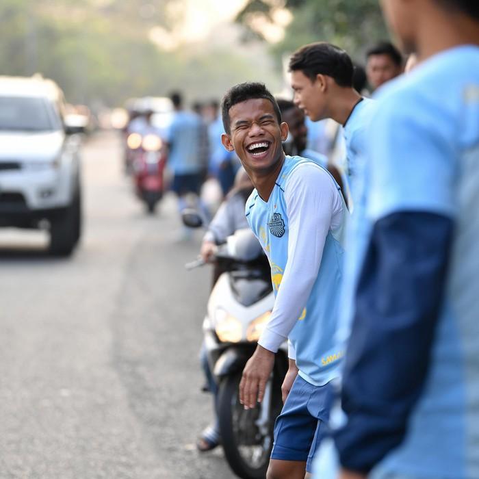 Xuân Trường tươi rói khi cùng đồng đội ngồi lề đường, ăn cơm nắm ở Thái Lan - Ảnh 7.