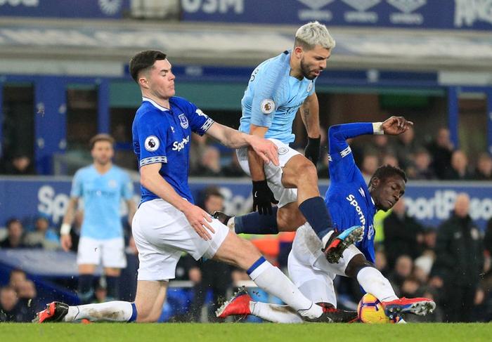 Đánh bại đối thủ truyền kiếp của Liverpool, Man City vượt lên chiếm lấy ngôi đầu bảng Ngoại hạng Anh - Ảnh 2.