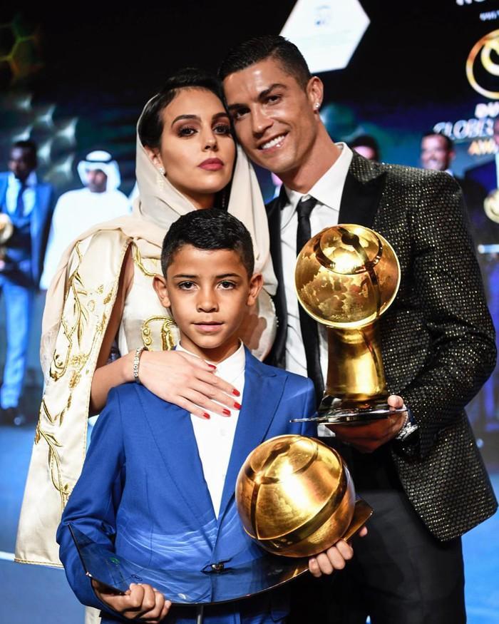 Chỉ vài giây xuất hiện, bạn gái của Ronaldo đã khiến hàng ngàn fan điêu đứng bởi vẻ sexy đến khó cưỡng - Ảnh 2.