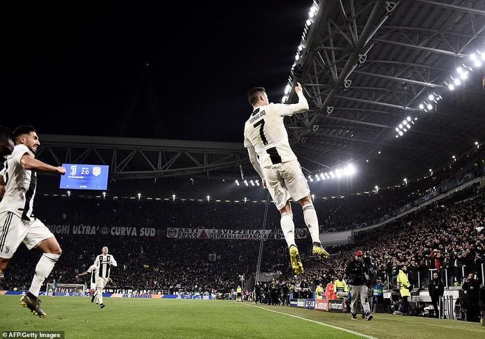 Ronaldo, anh là ai? Vị thần hay kẻ gian lận? - Ảnh 1.