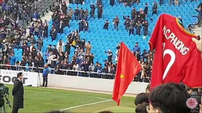 Bức ảnh ý nghĩa: Công Phượng khát khao ra sân tại K.League Classic, phía sau anh là lá cờ Việt Nam - Ảnh 2.
