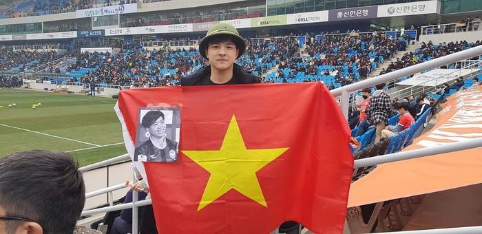 Bức ảnh ý nghĩa: Công Phượng khát khao ra sân tại K.League Classic, phía sau anh là lá cờ Việt Nam - Ảnh 3.