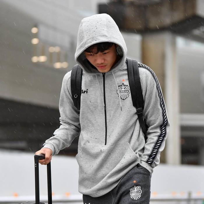 Xuân Trường co ro vì lạnh, đội mũ trùm kín mít, cúi đầu bước đi trong cơn mưa buốt giá ở Nhật Bản - Ảnh 4.