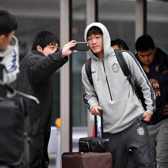 Xuân Trường co ro vì lạnh, đội mũ trùm kín mít, cúi đầu bước đi trong cơn mưa buốt giá ở Nhật Bản - Ảnh 5.