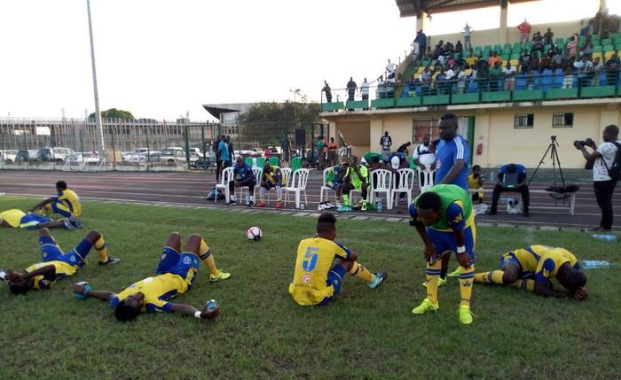Tiền đạo người Gabon gục chết sau pha tranh chấp với một cầu thủ đối phương - Ảnh 3.