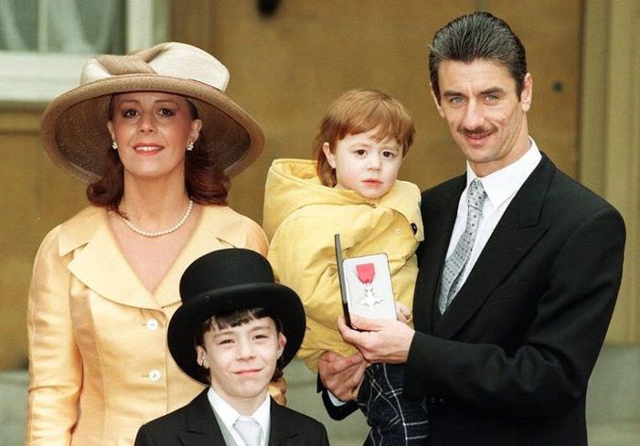 Bỏ vợ, huyền thoại Liverpool đính hôn với ca sĩ có thân hình bốc lửa kém 22 tuổi - Ảnh 2.