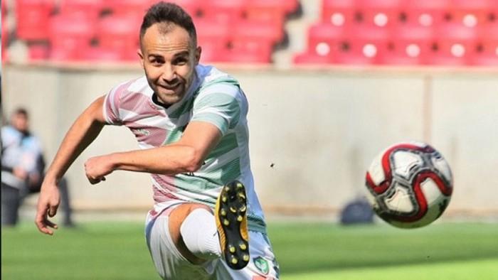 Cầu thủ bị cấm thi đấu suốt đời sau khi mang dao cạo tấn công đối thủ ngay trên sân - Ảnh 1.